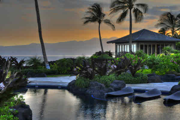 Halii Kai oceanfront pool, grill & bar