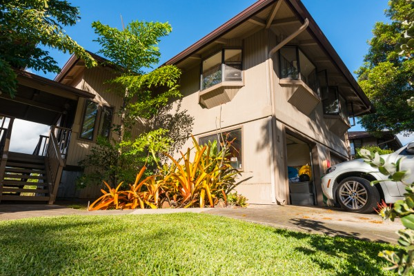Steps away from your Napili getaway
