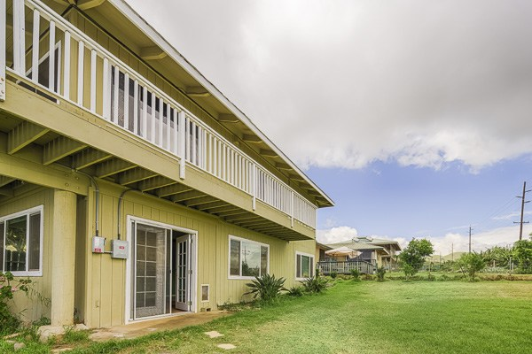 Two-story duplex on the dry side of Waimea offers lots of living space. MLS 274929